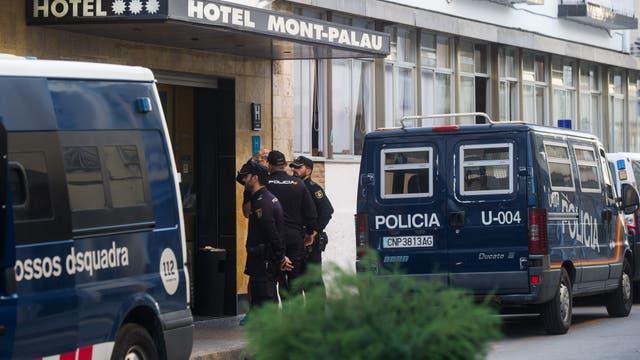 La policía nacional española ha sido expulsada de sus hoteles en Cataluña por vecinos furiosos por la violencia policial que marcó el domingo la prohibición del voto de independencia
