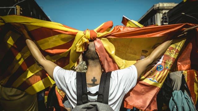 Las banderas de Cataluña y España, unidas. Foto: DPA
