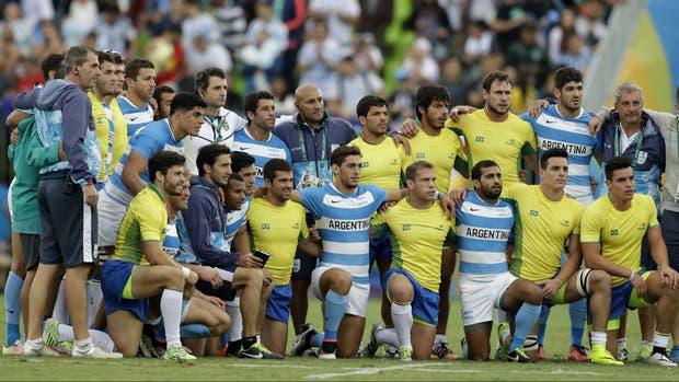 Los seleccionados de Seven de la Argentina y Brasil, juntos en Río 2016; nuestro país vecino es apuntado como un posible destino en crecimiento para el rugby