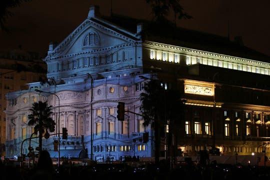 Diversas vistas en el frente del Teatro Colón. Foto: EFE