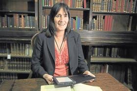 Alejandra Ramírez, con uno de los nuevos e-readers, en uno de los salones del Tesoro Circe