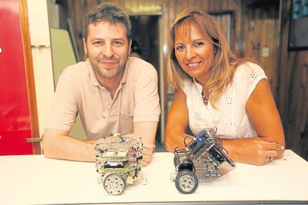Julián da Silva Gillig y Mónica Paves en 2011, junto a los robots que exportan a China