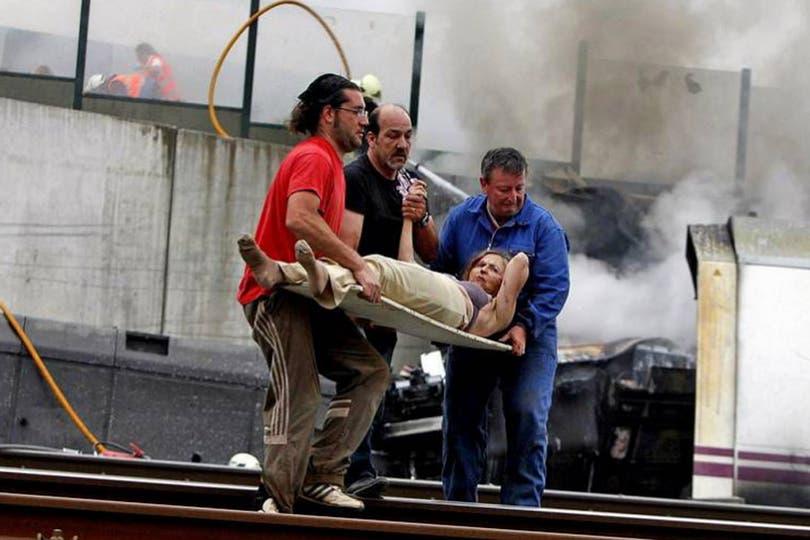 Las tareas de rescate continúan en las vías. Foto: Gentileza La Voz de Galicia