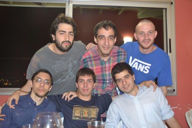 Maximiliano Yacobucci, abajo a la derecha, festejando su cumpleaños con amigos