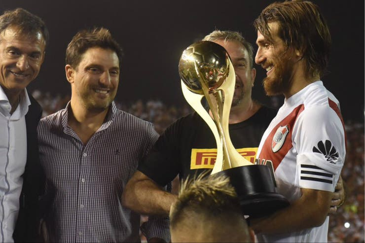 El capitán de River, Leo Ponzio, recibe la copa luego de la victoria en el superclásico de verano