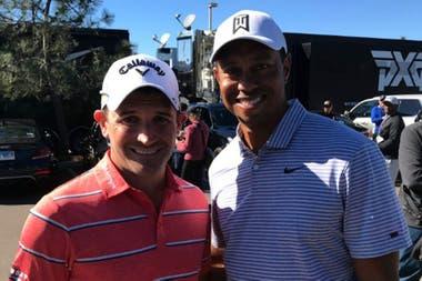 La foto de Etulain con Tiger Woods, una imagen que el argentino la tiene como tuit fijado en su cuenta de Twitter.