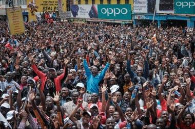 Los keniatas festejando en Nairobi la conquista de Eliud Kipchoge, una leyenda del país