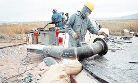 Cuatro petroleras prometen reactivar equipos de explotación en Neuquén