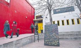 Un centro muy activo. Los vecinos de San Telmo aman al Centro Cultural Plaza Defensa, donde se desarrollan recitales, obras de teatro, bailes y talleres en forma gratuita