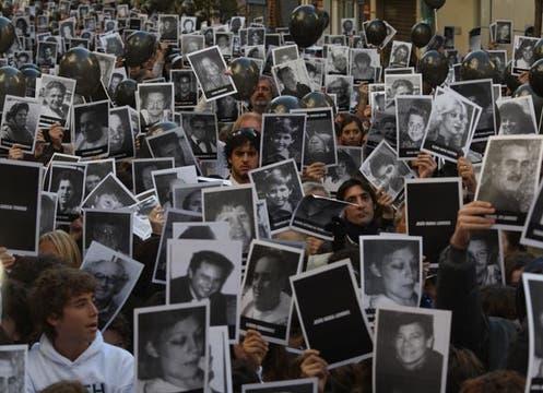 Se realizó un nuevo acto en conmemoración de los 85 fallecidos el 18 de julio de 1994. Foto: LA NACION / Ricardo Pristupluk