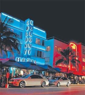 LUCES. El estilo art déco del hotel Colony y el ajetreo nocturno en la calle Ocean Drive, de South Beach