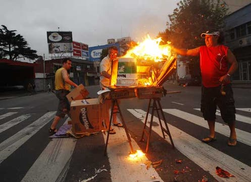 Vecinos de Villa Crespo manifestaron contra la falta de suministro energético, provocado por las fuertes lluvias de la semana pasada. Foto: LA NACION / Rodrigo Néspolo