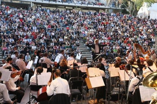 En el Parque Centenario la Orquesta sinfónica de Salta tocó ante dos mil personas y así se dió comienzo a la Semana del Arte. Foto: LA NACION / Mariana Araujo