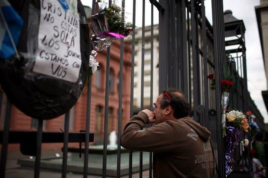 Flores y mensajes se observaron en las rejas de la Casa Rosada. Foto: LA NACION / Silvana Colombo