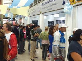 Largas colas el día de la inauguración del Mercado Concentrador