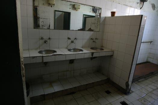Los baños, también, en mal estado. Foto: lanacion.com / Guadalupe Aizaga
