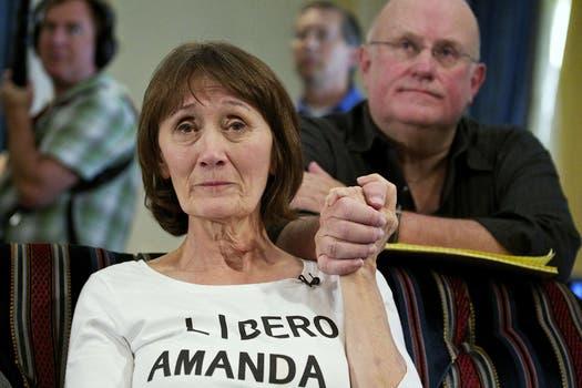 Los amigos de la estudiante estadounidense Amanda Knox en su ciudad, Seattle, celebraron y lloraron frente a decenas de cámaras al concoer el nuevo veredicto.. Foto: AFP