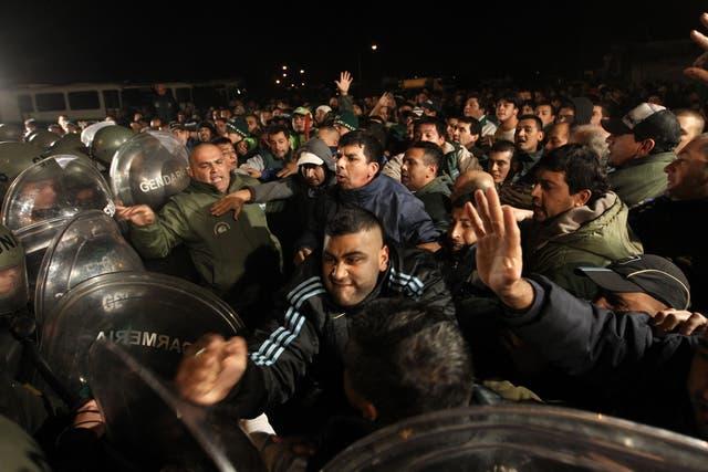 El miércoles de la semana pasada, la Gendarmería se enfrentó con camioneros que bloqueaban una refinería en La Matanza, momentos antes de que Huyo Moyano convoque a un paro nacional