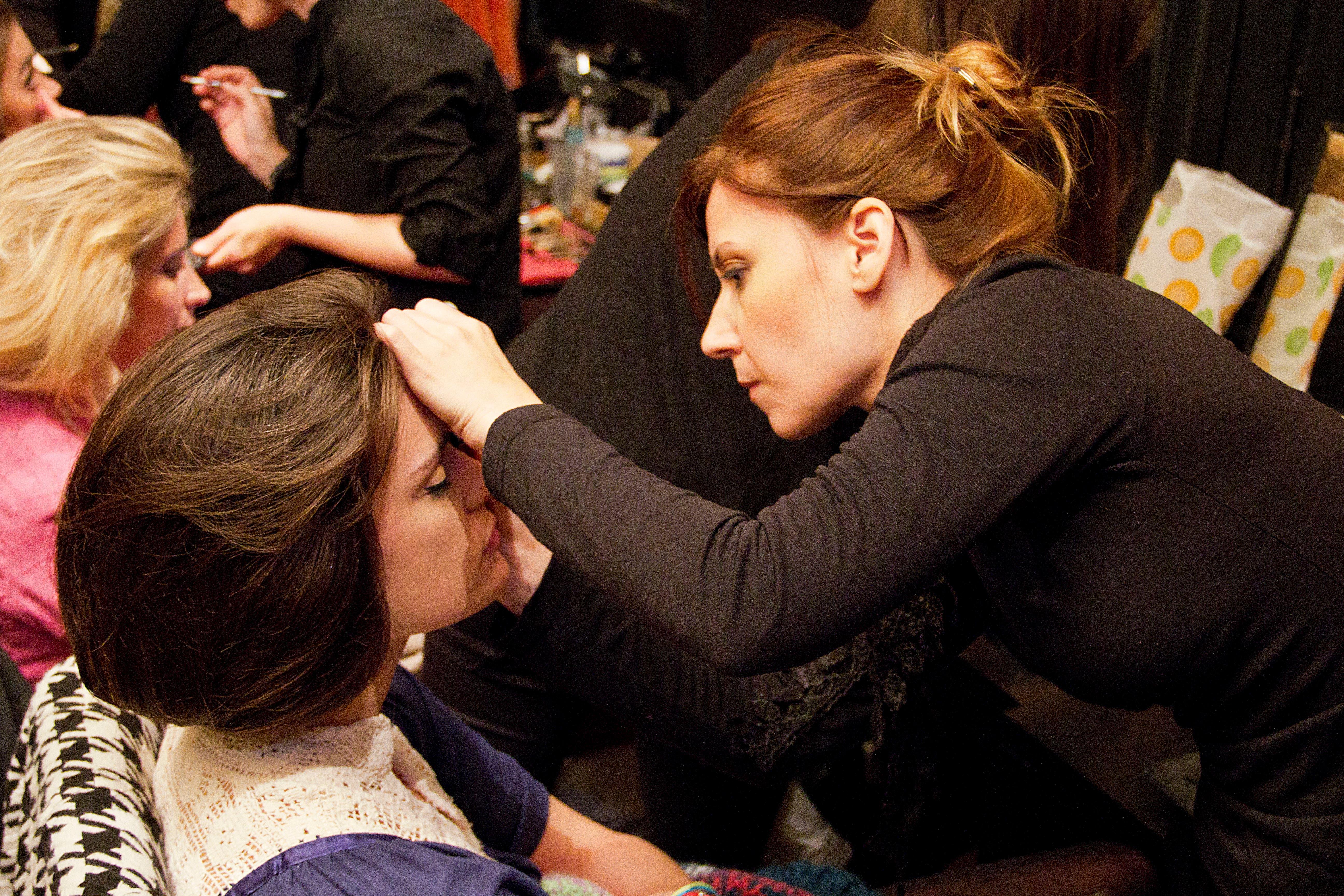 Las modelos se preparan para el desfile. Foto: /hola.com.ar
