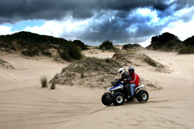 Cuatriciclo, arena y tormenta en Cariló. Foto: LA NACION / Mauro V. Rizzi