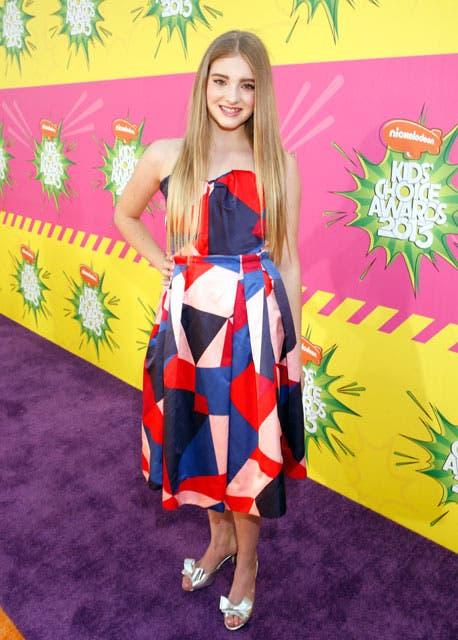 Willow Shields, quien actuó en Los juegos del Hambre, optó por un vestido strapless en tonos de azul, rojo y blanco. Foto: /AP
