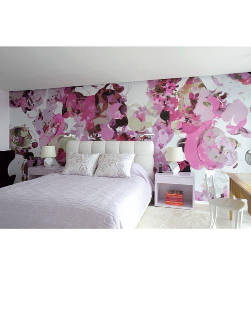 De ensueño: creada por Roberto Couturier, el decorador a cargo del proyecto, la cama en seda y terciopelo se recorta sobre el romántico diseño Temoin, de Hervé Wahlen.