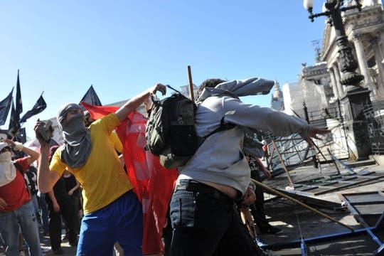 Graves enfrentamientos entre estudiantes y policías enmarcan la votación del sucesor del Rector de la UBA,  de Rubén Hallú. Foto: Télam