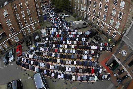Rezos en el segundo día del Ramadán en una mezquita en el este de Londres, en Gran Bretaña. Foto: Reuters
