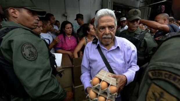La guardia nacional vigila una venta de huevos en Caracas