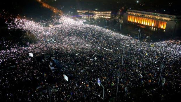 Cientos de miles de personas continuaron se tomaron la Plaza de la Victoria de Bucarest el domingo durante el sexto día consecutivo de protestas