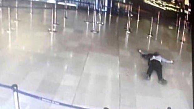 El hombre fue abatido luego de intentar robarle el arma a un soldado en el aeropuerto Orly, en París