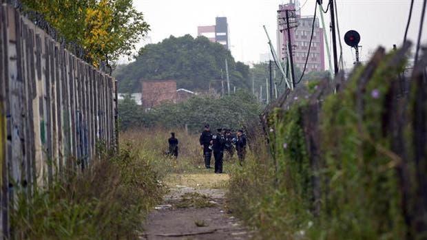 Operativo policial en los galpones al costado de las vias de Av Juan B Justo entre Honduras y Soler