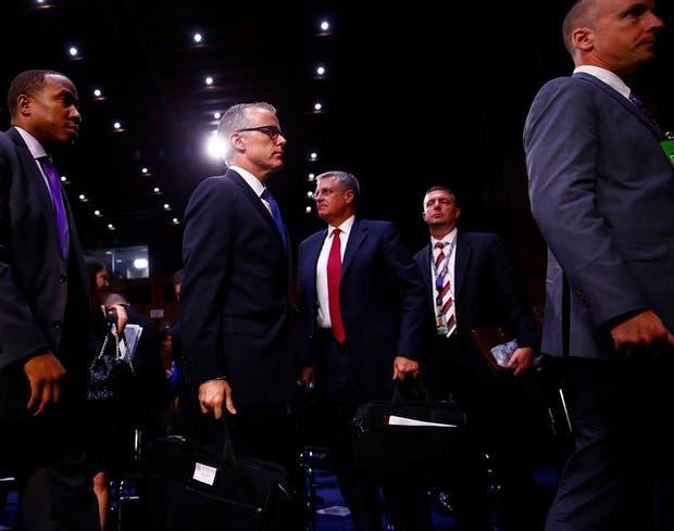 El director interino del FBI, Andrew McCabe, tras declarar en el senado