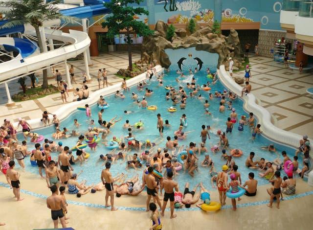 Ocio. El complejo acuático de Munsu (Pyongyang) tiene varias piletas y tres restaurantes, donde se puede tomar cerveza de barril; es uno de los lugares favoritos de los jóvenes