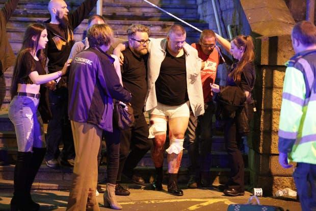 La asistencia a uno de los heridos, fuera del Manchester Arena