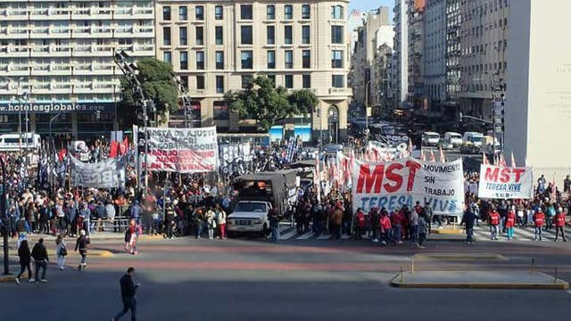 Organizaciones sociales cortan el tránsito frente al Obelisco
