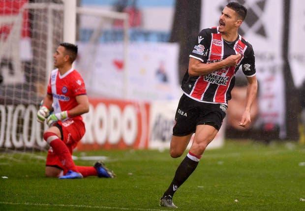 Salinas convirtió con personalidad el penal que le dio el 1-1 a Chacarita