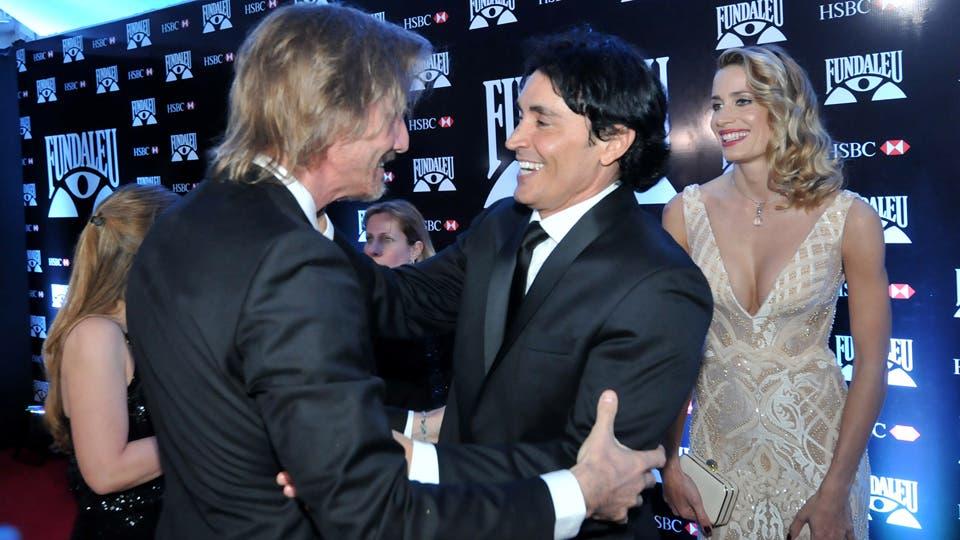 Facundo Arana y Sebastián Estevanez se saludaron al llegar a la gala. Foto: LA NACION / Gerardo Viercovich