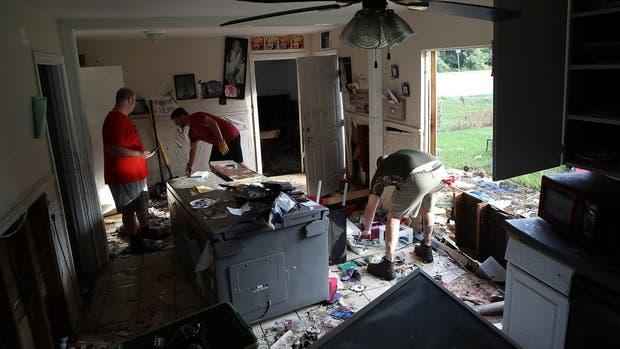 Una casa arruinada por el paso del huracán, ayer, en la localidad texana de Dickinson