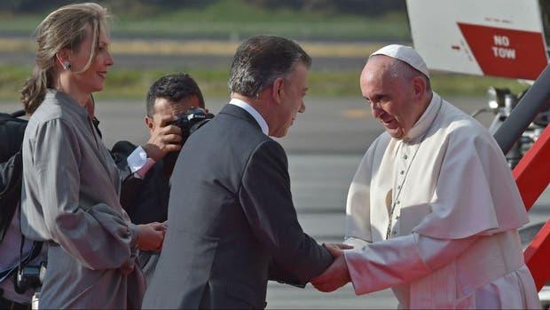 El papa Francisco es recibido en el aeropuerto de Bogotá por el presidente colombiano Juan Manuel Santos y su esposa