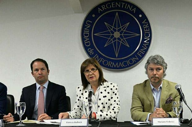 La ministra Bullrich, flanqueada por le colombiano Espinosa Palacios (izquierda) y el argentino Federici, investigadores antilavado