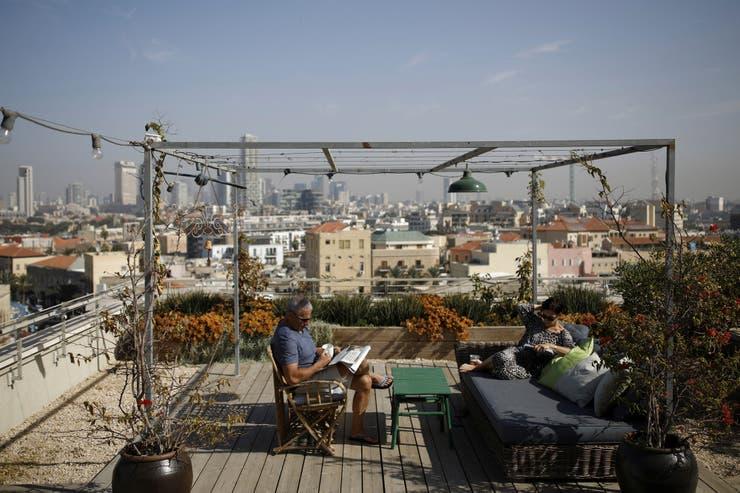 Moni Chorev, 60 y Gilly Chorev, 59, se sientan en su terraza, que Gilly planificó y montó con la ayuda de un diseñador paisajista