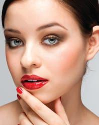 El mejor apoyo para el labial rojo son las uñas siempre que se elijan esmaltes atrevidos como los morados intensos, ciruela, rojo pasión o rosas.