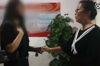 Lisa Li (izquierda) se reunió con la dueña del departamento, le pidió disculpas y le prometió que resolvería el problema