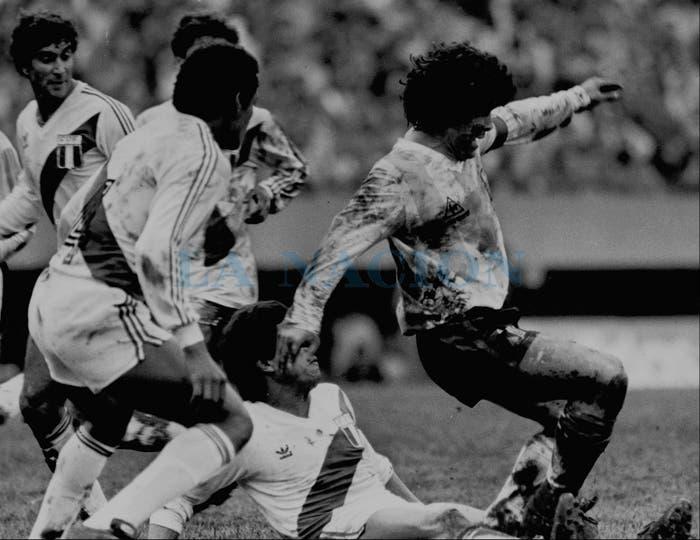 30-6-1985: para llegar al Mundial, con barro hasta en la nariz.. Foto: LA NACION