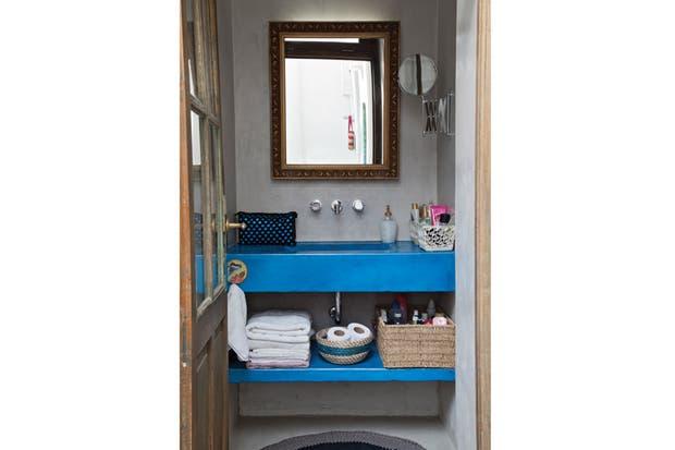 Baño Pequeno Microcemento:Baños: pocos metros, mucho ingenio – Living – ESPACIO LIVING