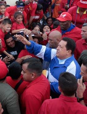 Chávez, rodeado de sus seguidores en Apure