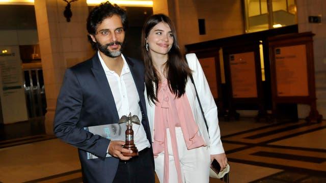 Feliz. Joaquín Furriel con su premio en mano y junto a su novia, la actriz Eva De Dominici