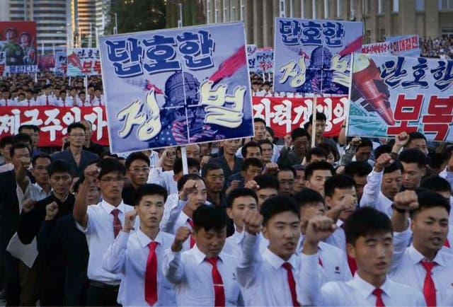 Miles de norcoreanos durante una marcha, el sábado, contra EE.UU