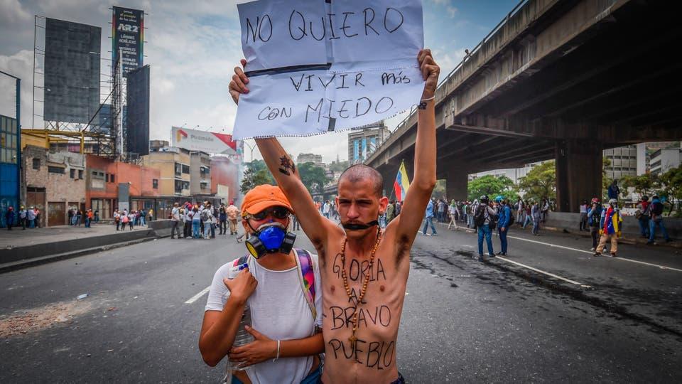 Miles de personas marchan contra el gobierno de Nicolás Maduro en Caracas. Foto: AFP / Juan Barreto